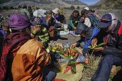Locals que tienen un banquete durante el festival del kasado en Mout Bromo Fotos de archivo libres de regalías