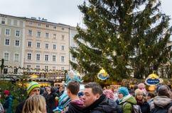 Locals y turistas en el mercado de la Navidad de Salzburg Imagenes de archivo