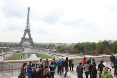 Locals y turistas en la torre Eiffel Fotografía de archivo