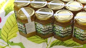 Localy生产了在瓶子的蜂蜜 免版税库存图片