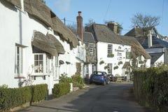 Locanda ricoperta di paglia del villaggio e della casa in Devon England del sud rurale Regno Unito Fotografia Stock