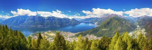Locarno stad och Lago Maggiore från det Cardada berget, Ticino, Schweiz Royaltyfri Fotografi