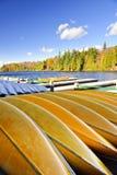 Location de canoë sur le lac d'automne image stock