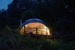 Location de dôme géodésique d'Airbnb dans Ridge Mountains bleu de la Caroline du Nord Maison minuscule avec la belle décoration d photographie stock libre de droits