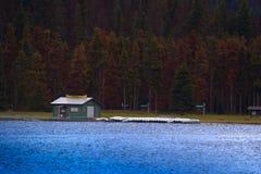 Locations de canoë sur un lac image stock