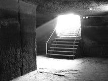 Lochów schodki stary kasztel z sunbeams w czarny i biały obrazy stock