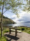 Loch écossais avec le banc images stock