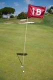 Loch achtzehn eines Golfplatzes Stockbilder