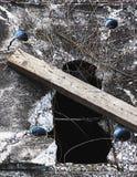 Loch auf Deckel der Entwässerung lizenzfreies stockbild