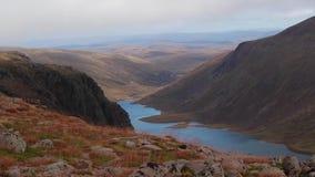 Loch avon in het rookkwartsen nationale park, Schotland tijdens een bewolkte augustus-dag stock video