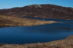 Loch bleu en montagnes écossaises Photographie stock