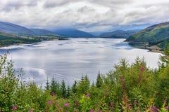 Loch Carron van het het bekijken punt boven Stromeferry, Schotland Stock Foto's