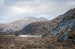 Loch Coire Shubh et les montagnes de Kinloch Hourn Photographie stock libre de droits