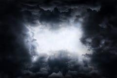 Loch in den drastischen Wolken Lizenzfreie Stockfotografie