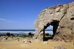 Loch in der Klippe bei Quiberon stockfotos