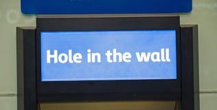 Loch in der Wand; Registrierkasse. Lizenzfreies Stockfoto