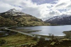 Loch Duich em Kintail que olha para o a'chruinn de Glen Shiel e de Ault Fotos de Stock