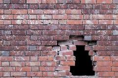 Loch in einer alten Backsteinmauer Stockbild