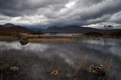 Loch em montanhas escocesas fotos de stock royalty free