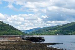 Loch Fyne met Hooglanden en pijler in Inveraray, Schotland stock foto's