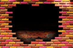 Loch im alten Raum mit Backsteinmauer Stockbild