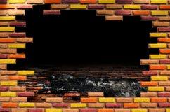 Loch im alten Raum mit Backsteinmauer Stockfotos