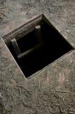 Loch im Boden des alten Hauses führend zu Keller stockfotos