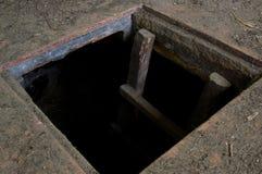 Loch im Boden des alten Hauses führend zu Keller lizenzfreie stockfotos