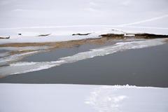 Loch im dünnen Eis Jemand fiel durch das Eis Gefährliches Konzept Einfrieren und Schmelzzeit für Eis auf den Wasserreservoirs I lizenzfreies stockfoto