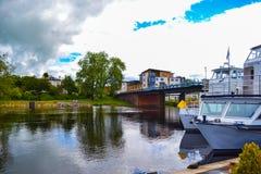 Loch Lomond com Balloch Trossachs, Escócia Barcos de Swee imagem de stock royalty free