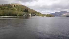 Loch Lomond Escócia no verão com montanhas e bandeja do molhe vídeos de arquivo