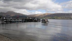 Loch Lomond Escócia Reino Unido no verão com o barco que chega no molhe vídeos de arquivo