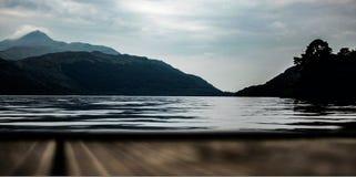 Loch Lomond med berg i bakgrunden Arkivfoto