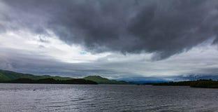 Loch Lomond runt om Luss Skottland nedanför dramatisk cloudcape Arkivbilder