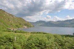 Loch Morar avec la ruine dans le plan Photos stock