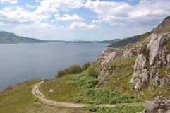Loch Morar met Rum in de afstand stock afbeeldingen