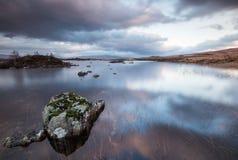Loch Nah-Achlaise bei Sonnenuntergang stockfotografie