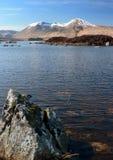 Loch Nah-Achlaise con le montagne ad ovest degli altopiani Fotografie Stock