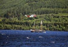 Loch Ness - łódź i helikopter obraz stock