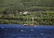 Loch Ness - Boot en Helikopter stock afbeelding