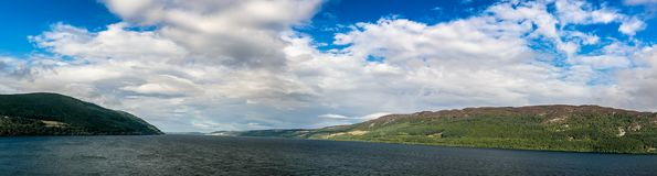Loch Ness en el tiempo melancólico, Escocia Foto de archivo libre de regalías