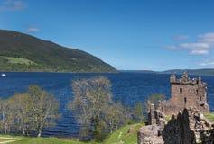 Loch Ness och strömförsörjningen fördärvar av den Urquhart slotten Royaltyfri Foto