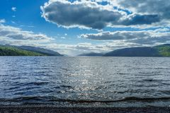Loch Ness på en solig dag arkivbilder