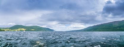 Loch Ness in somber weer, Schotland vector illustratie