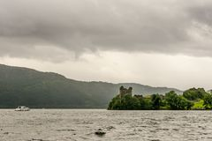 Loch Ness in somber weer, Schotland stock illustratie