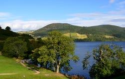 Loch Ness Surrounding door Groene Heuvels in Schotland Te rollen royalty-vrije stock foto
