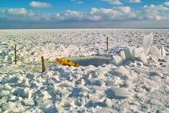 Loch schnitt das Eis des Flusses durch Lizenzfreies Stockfoto