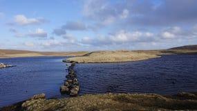 Loch sur Eshaness Photographie stock libre de droits