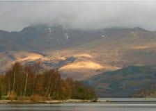 Loch und Berg Stockbild