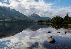 Loch voil Scottishhochländer lizenzfreie stockfotos